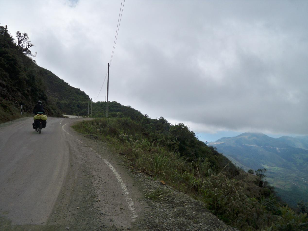 Als wir den ersten Pass bei etwa 2.800Hm erklommen hatten dachten wir, dass es das gewesen sei. Wir wurden belohnt mit einer Abfahrt auf 2.500 Hm und durften dann nochmal auf 2.900 Hm hinauftrampeln.
