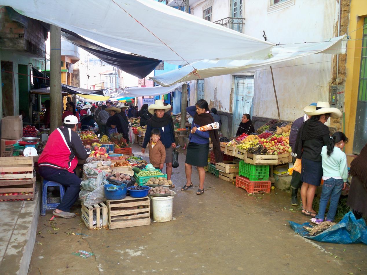 Auf dem Markt in Cutervo deckten wir uns Früchten und Gemüse ein.
