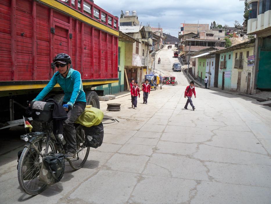 In Bambamarca wurden wir wieder von einer Meute Schulkindern verfolgt und ausgefragt.