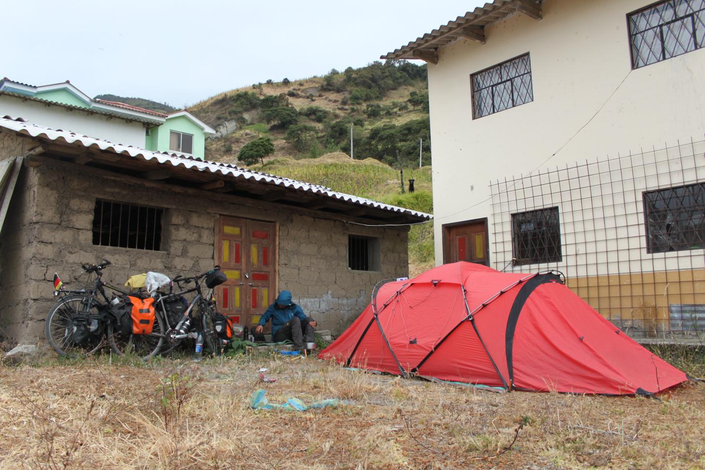Unser Nachtlager auf einem Schulgelände nahe Llagos