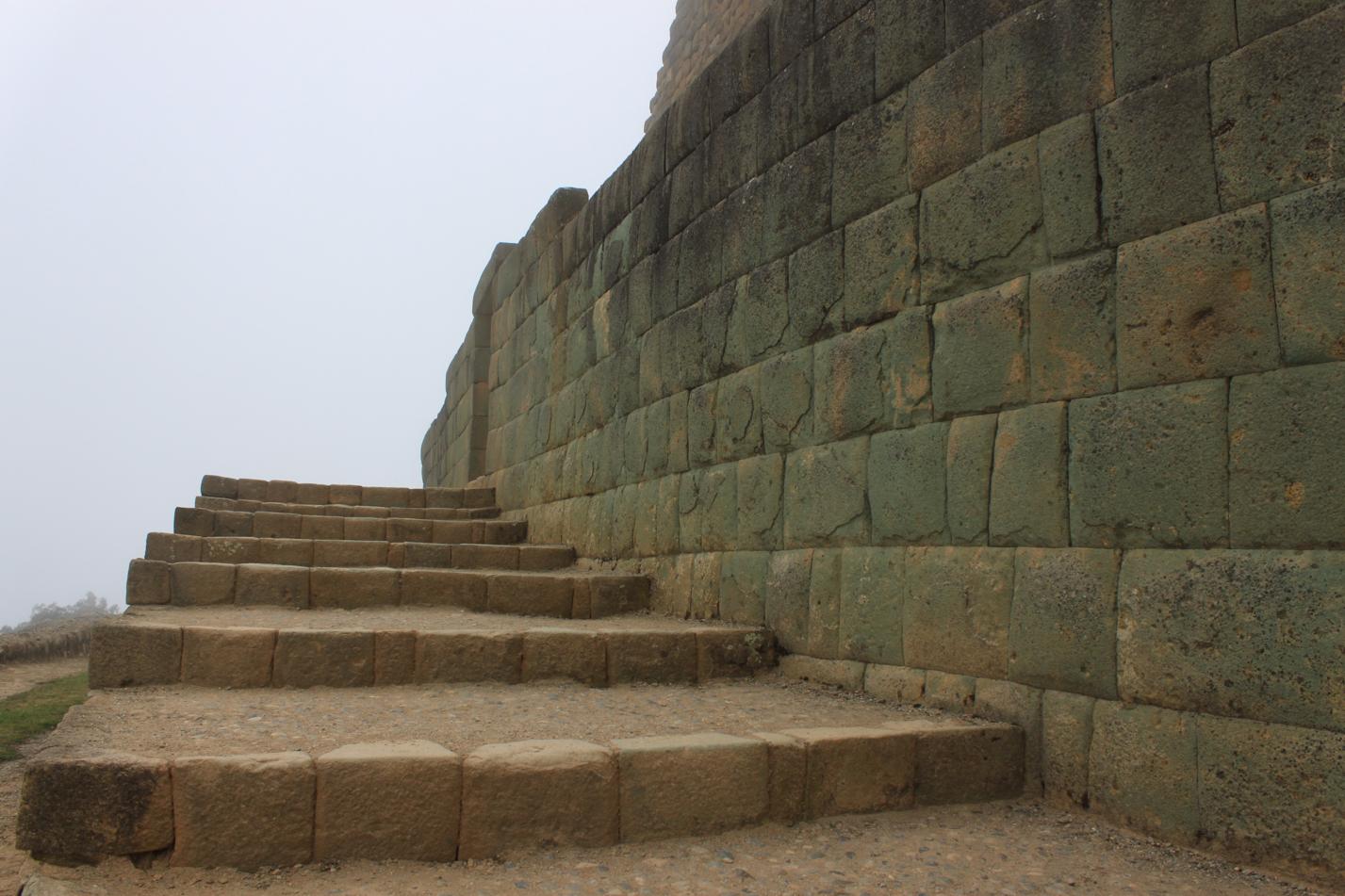 Dieses fugenlose Zusammenfügen der Steine, trägt die Handschrift der Inkas.