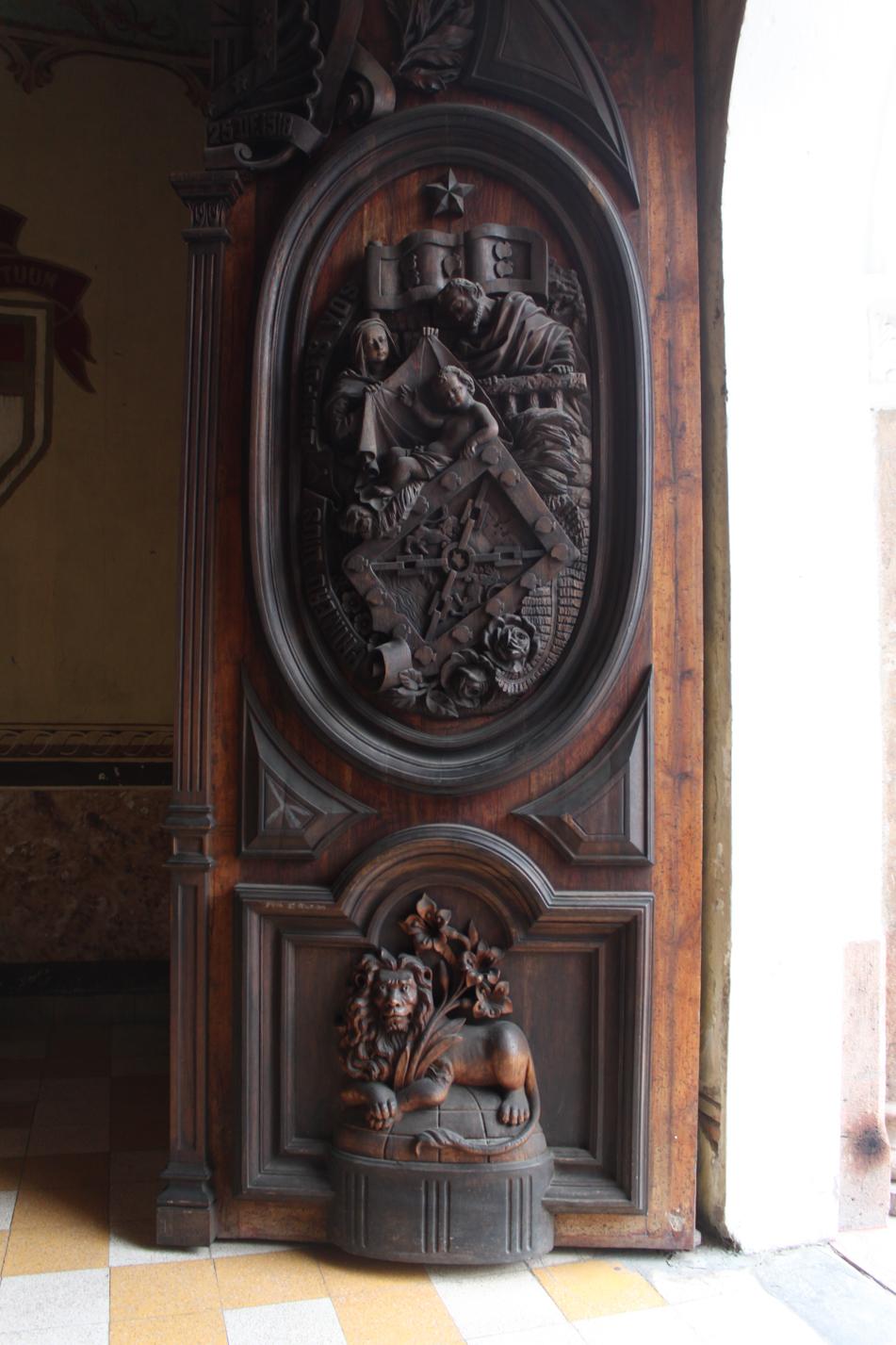 Eine schwere Kirchentür.