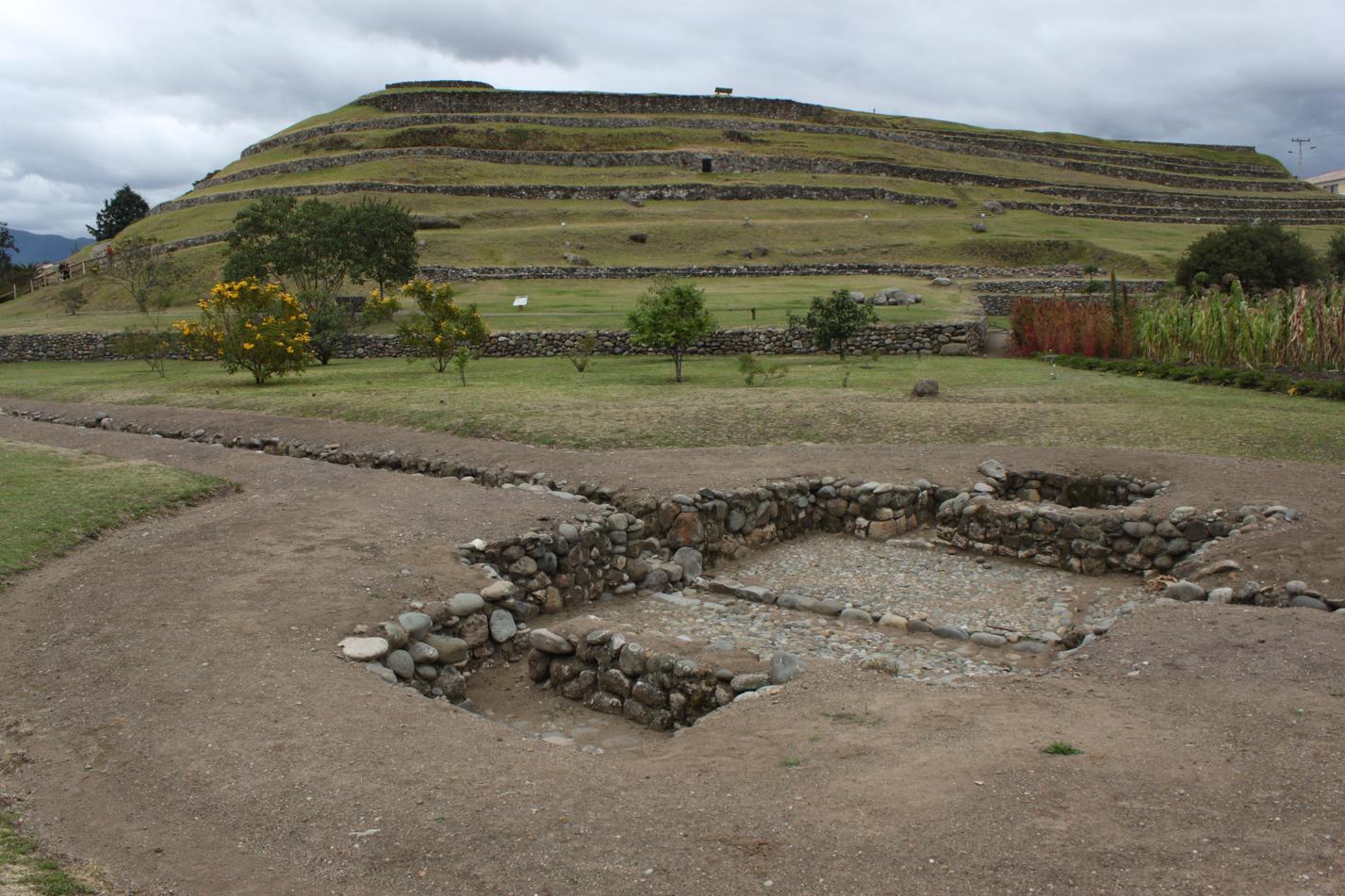 Ein Inkabad im Vordergrund der Inkaanlage Pumapungo.
