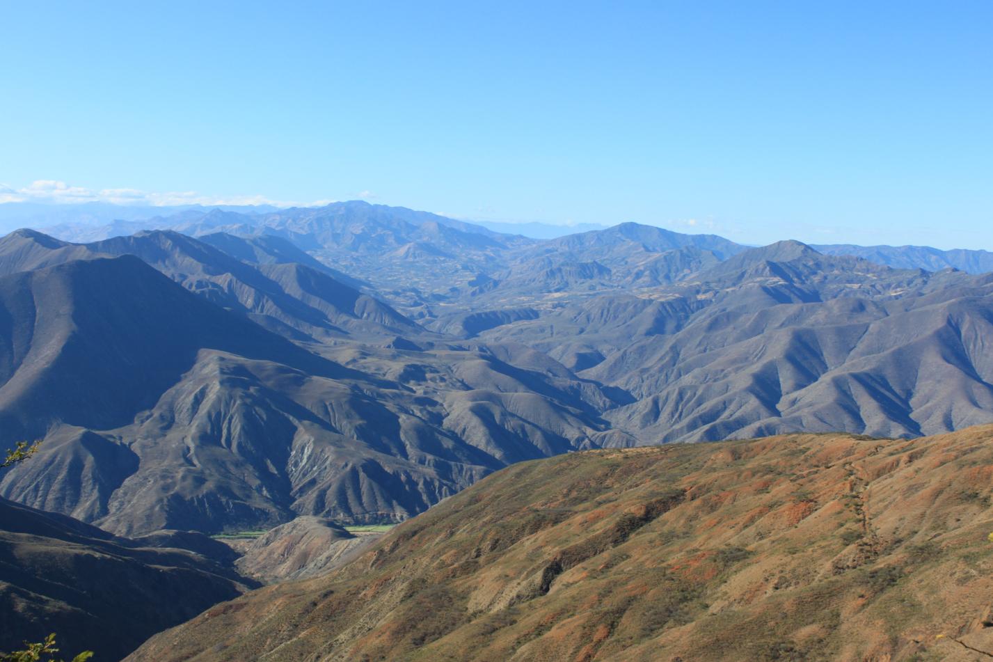 Ausblick von unserer Finka über die Anden in der Morgensonne.