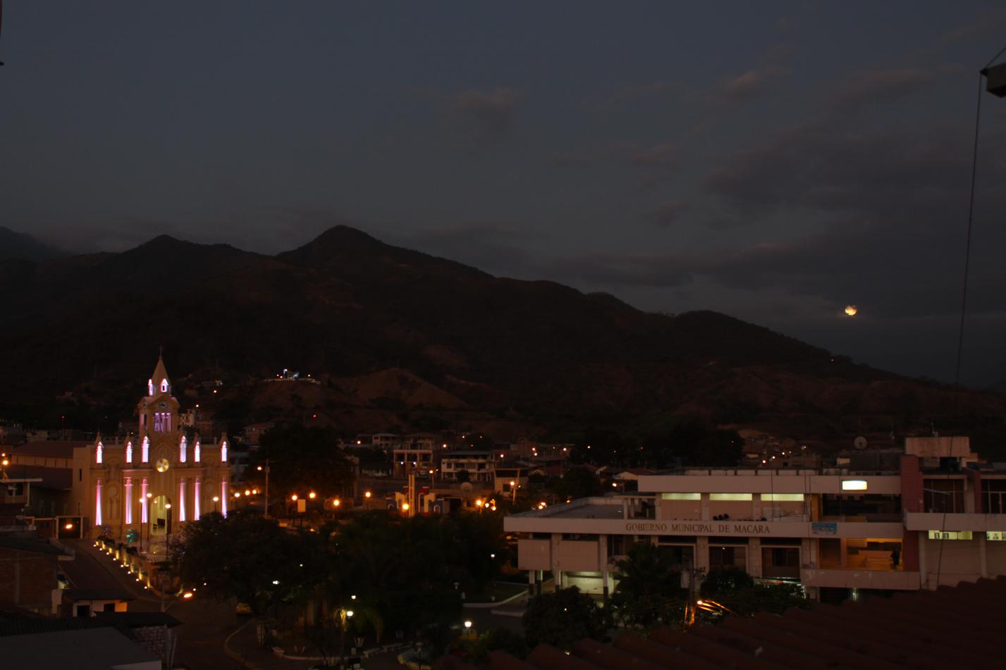 Macara bei Nacht.