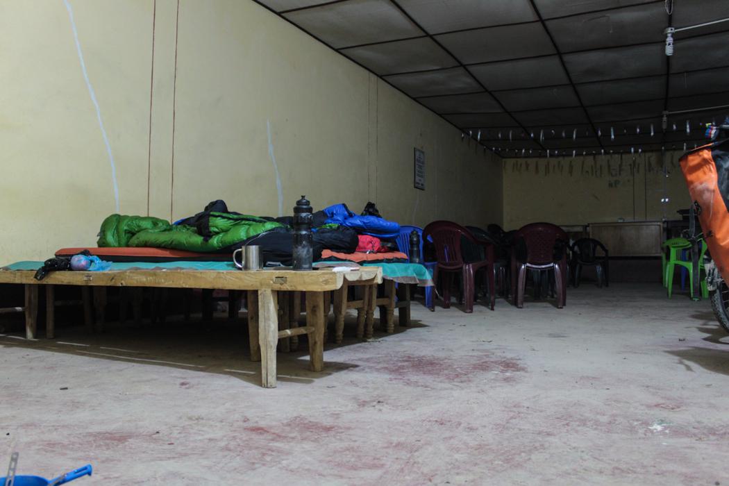 Unser Nachtlager in dem Feststaal in Apan Bajo. Ein Paar Baenke zusammengeschoben und dann heisst das Bett.