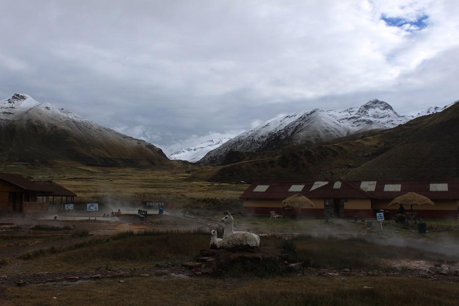 Bei diesen heissen Quellen durften wir unser Zelt aufschlagen. Die ganze Nacht hat es geregnet und in etwas hoeheren Lagen sogar geschneit.