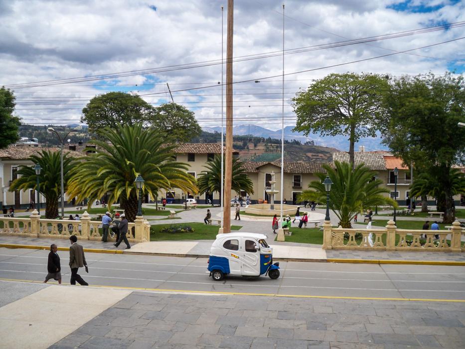 Blick auf den Hauptplatz von Cajabamba. Wir durften mit unseren Rädern den Hauptplatz nicht betreten und wurden mit einer lauten Trillerpfeife gleich zur Ordnung gemahnt. Zum Kopfschütteln und Stirnrunzeln...