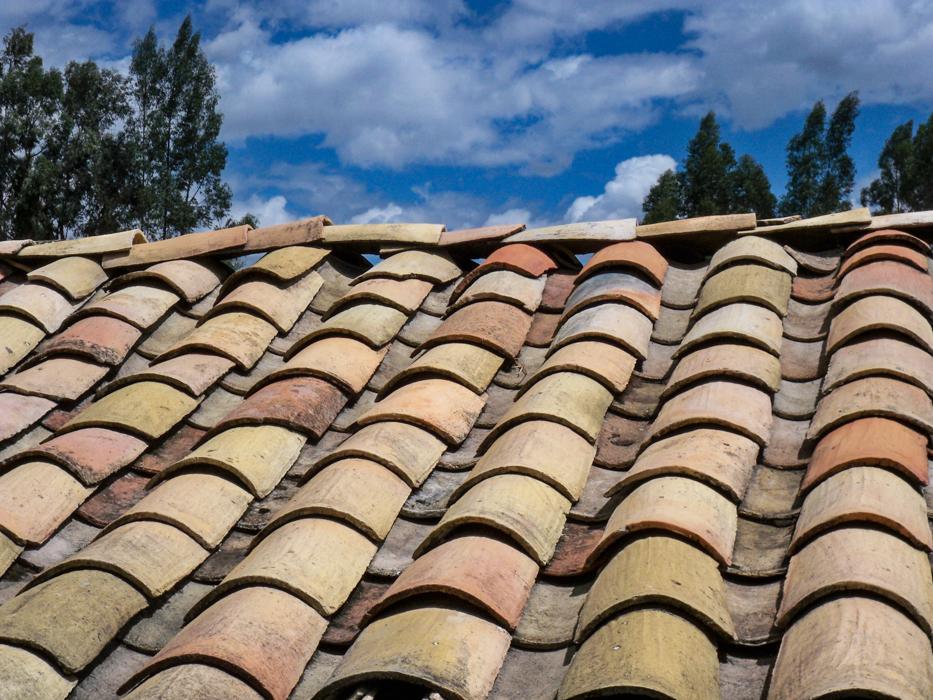 So sieht dann das fertige Dach aus. Die Ziegel werden ohne zusätzliche Befestigung übereinander gelegt. An windige Standorten werden die Randbereiche noch mit Steinen beschwert.