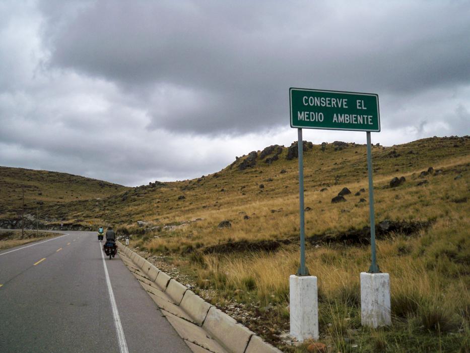 Auch in Peru zieren viele Schilder die Straße die zum Schützen der Umwelt aufrufen.