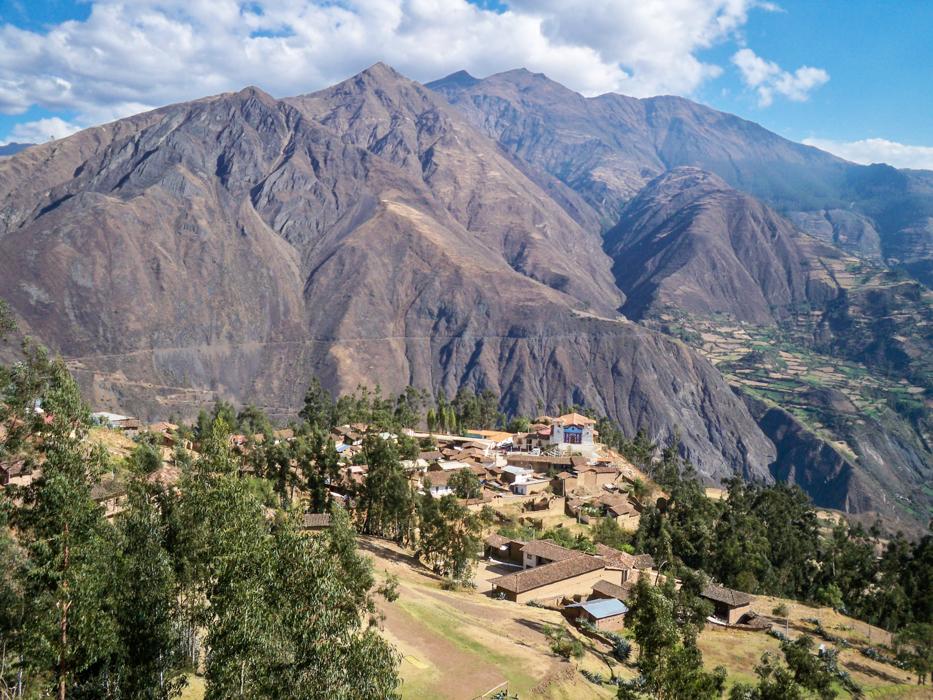 Das sind Monsterberge! Das Dorf auf dem Vorsprung ist Huallanca und unser heutiges Ziel. Danach fällt die Straße in das Tal dahinter hinab und morgen geht es dann auf der anderen Seite weiter.