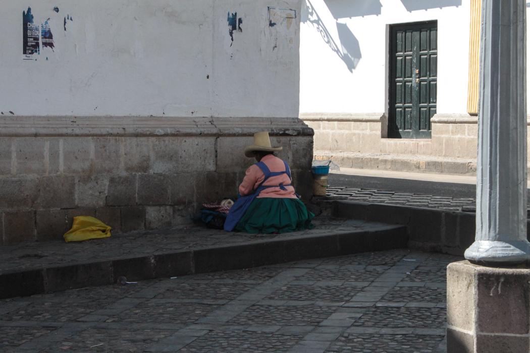 Eine Marktfrau sortiert ihre Waren.