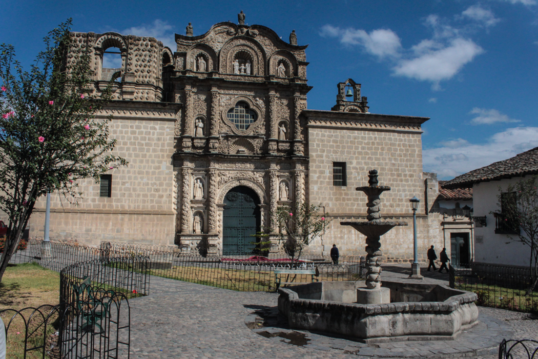 Ein schwenk um die nächste Ecke und dann steht da die nächste Kirche. Eine Eigenheit haben alle Kirchen Cajamarcas: Ihre Türme wurden nie vollständig fertiggestellt. Dies liegt daran, dass das Vizekönigreich Peru jährlich nur einen bestimmten Betrag für nicht fertiggestellte Kirchen zur Verfügung stellte.