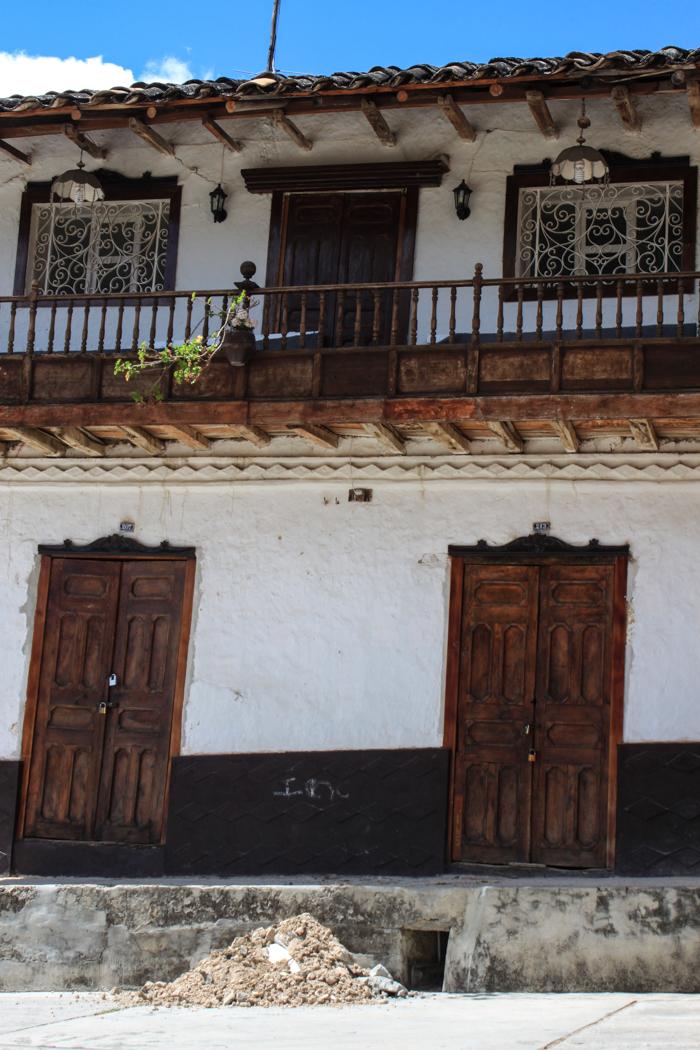 Nette Häuser um den Hauptplatz von Ichocan.
