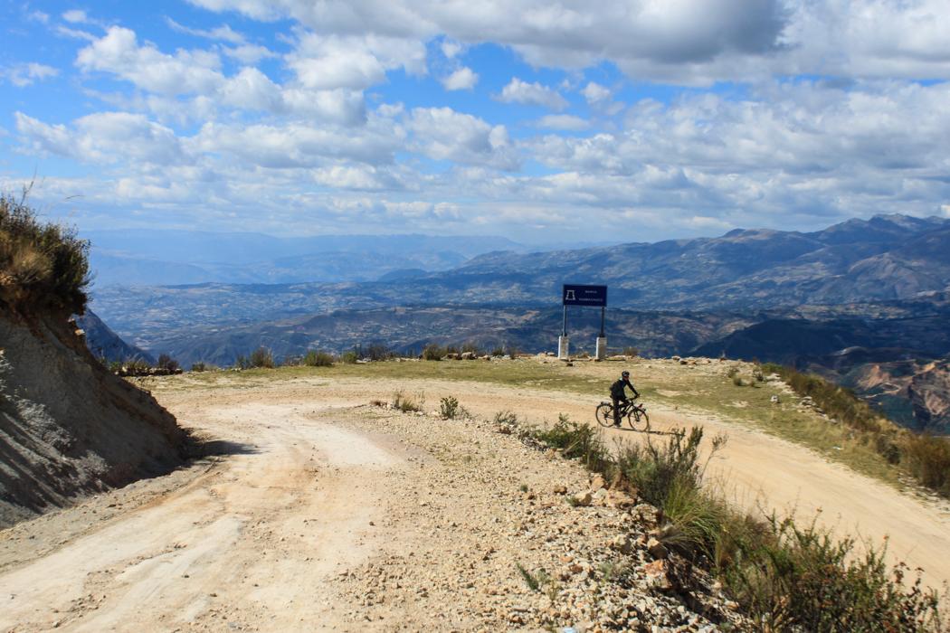 Über diese Holperpiste geht es jetzt wieder 400 Hm hinunter nach Huamachuco.