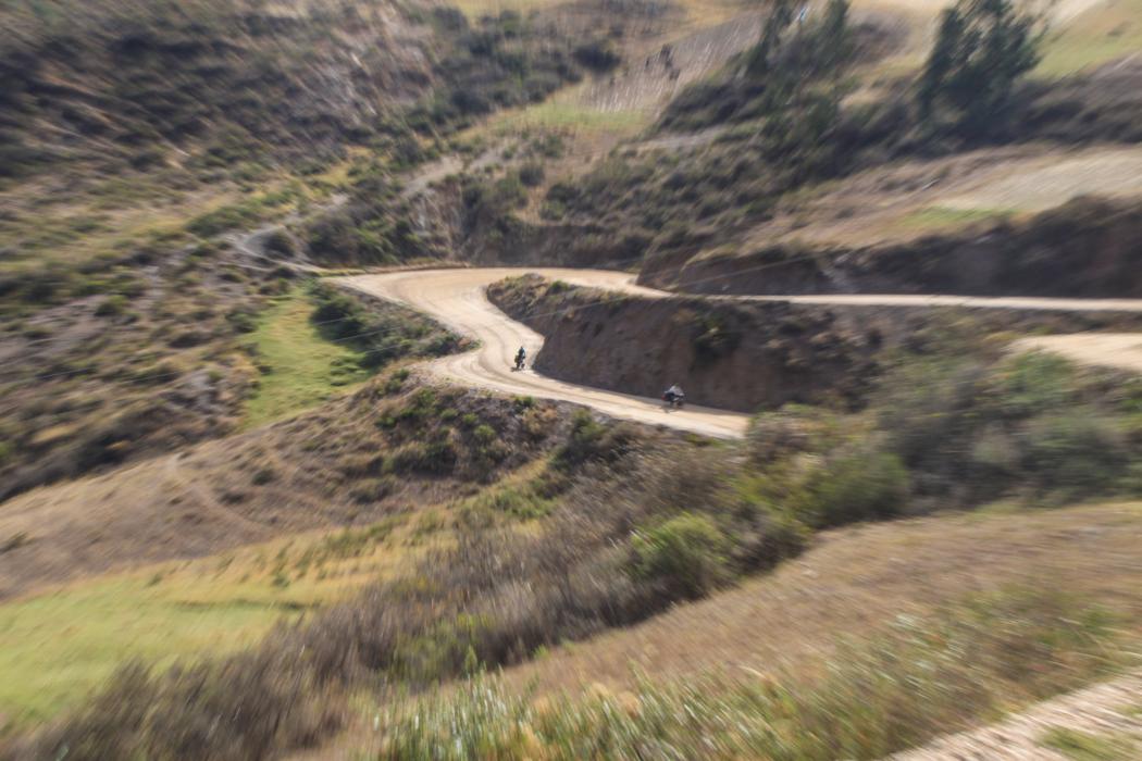 Anja und James jagen nach Huallanca hinab.