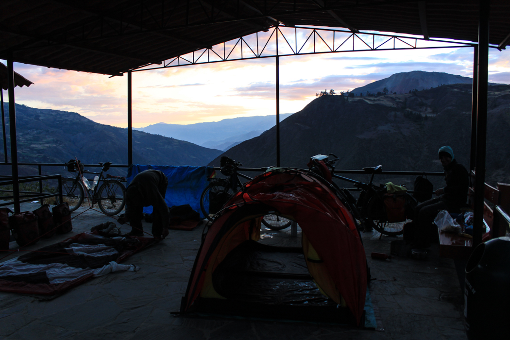 Wir durften unsere Zelte unter einem kleinem Dach auf dem Hauptplatz von Huallanca aufstellen. Die Aussicht gab es gratis dazu.