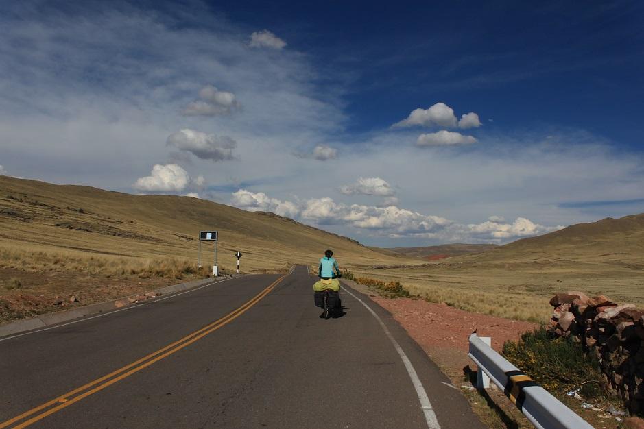 Mit einer tollen Fahrt entlang dem Titicacasee und tollen weiten Landschaften, wurden wir von Peru verabschiedet.