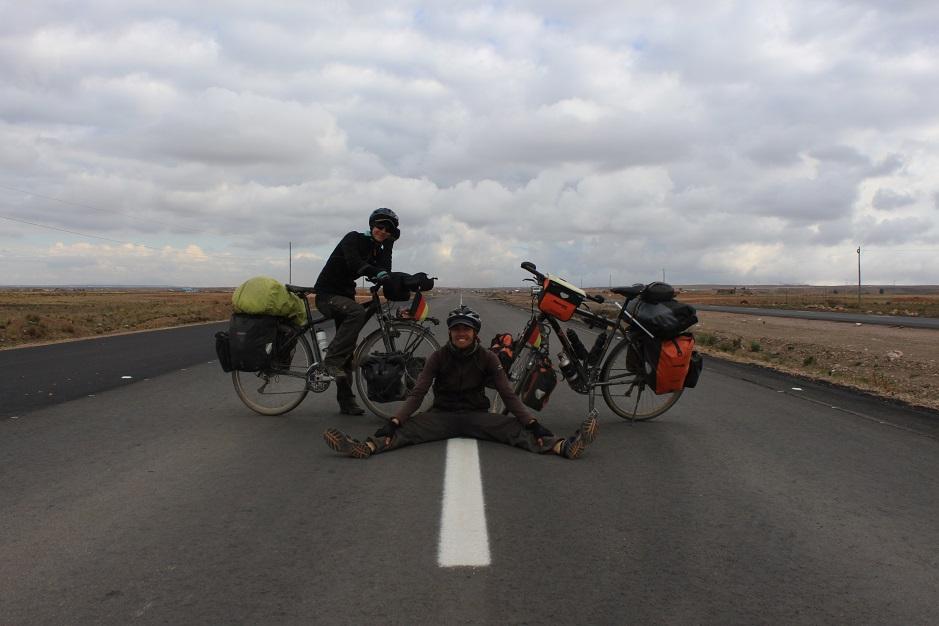 Eine dreispurige Fahrbahn konnten wir unser Eigen nennen. Mit ein wenig Rückenwind schossen wir nur so über das Altiplano Richtung Süden.