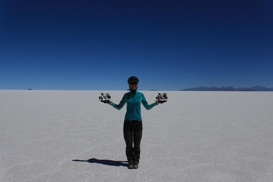 In Tahua haben wir das Festland verlassen und haben seit da an Salz unter den Rädern. Es geht jetzt zwei Tage über den Salar de Uyuni. Vor uns erstreckt sich das weiße weite Nichts.
