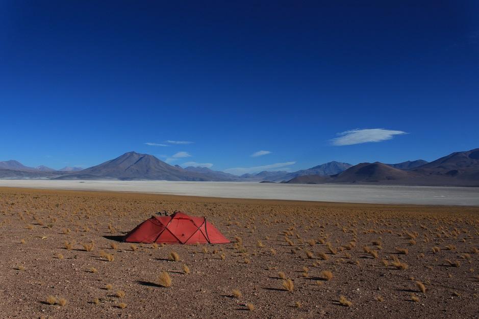 Heute haben wir die Grenze nach Chile überquert. Nachdem uns der Wind wieder in die Knie gezwungen hat, haben wir auf diesem Panoramaplatz unser Zelt aufgebaut. Zwei Tage noch, dann gibt es den nächsten Laden und den ersten Geldautomaten...