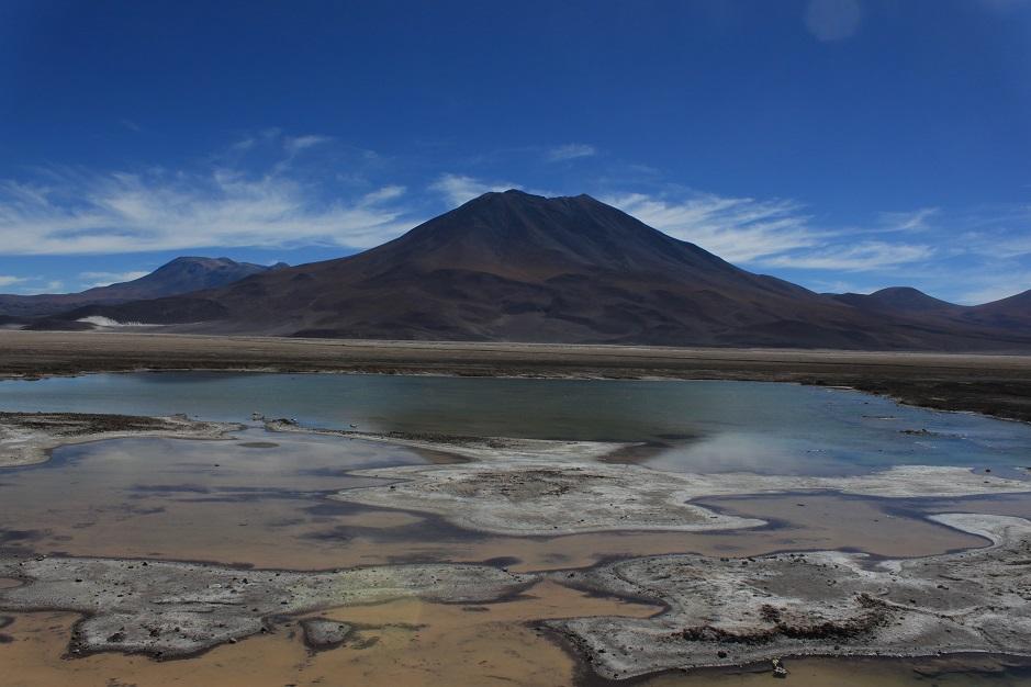 Die Gegend ist zwar recht wüstenartig aber dennoch gibt es viel zu sehen. Vulkane, Sanddünen und Salzdünen und diese Lagune mit Flamingos. Hier auf 3.500 Metern.
