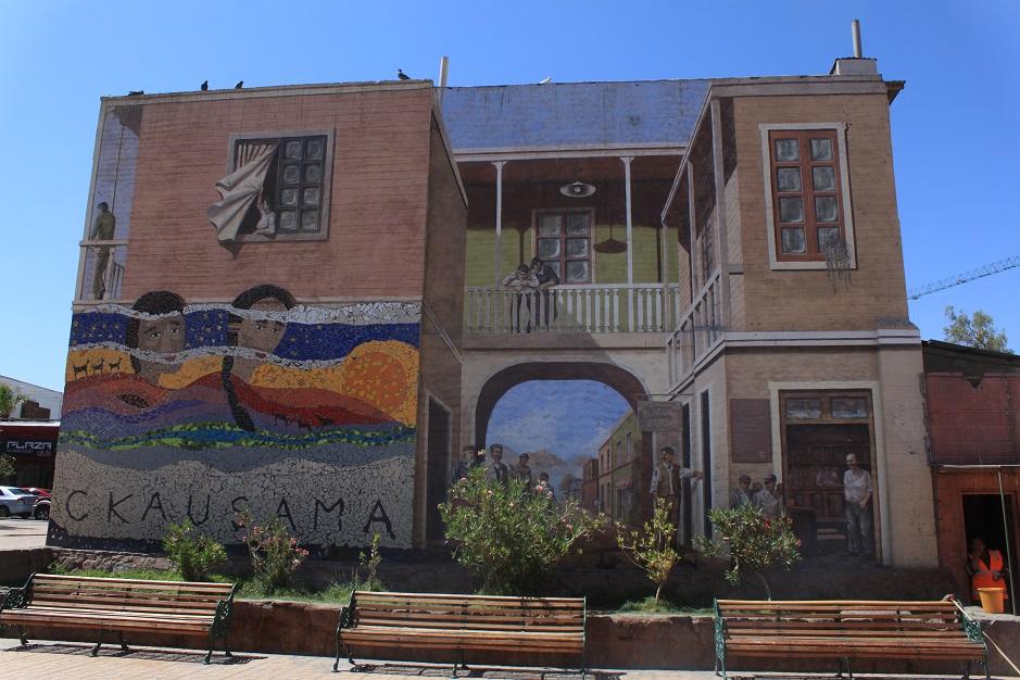 Calama war die erste größere Ortschaft für uns in Chile. Uns hat fast der Schlag getroffen bei der Fülle an Supermärkten und Einkaufszentren. Es hat aber auch eine nette Innenstadt mit Idyllischem Plaza. Dieses Bild ist ein Wandbild in der Nähe der Plaza.