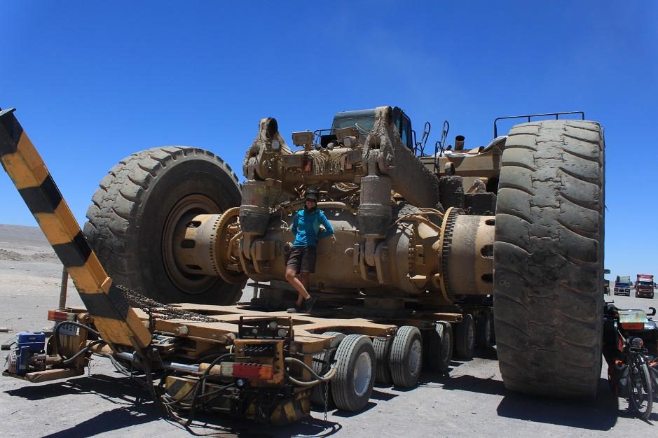 Im Norden von Chile gibt es unzählige Minen. Unter anderem gibt es nahe Calama die größte und profitabelste Kupfermine der Welt. Heute konnten wir uns mal einen Eindruck von den schweren Gerätschaften aus der Nähe holen. Dieser Koloss ist gerade auf dem Weg in die Werkstatt.