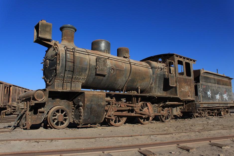 Wir haben die Nacht auf dem Gelände von einem alten Ringlockschuppen, in Baquedano, verbracht. Dort standen 4 alte Dampflokomotiven, wie sie vor langer Zeit stehen gelassen wurden. Hier in der Atacamawüste ist die Luft sehr trocken und so sind sie für die Ewigkeit konserviert.