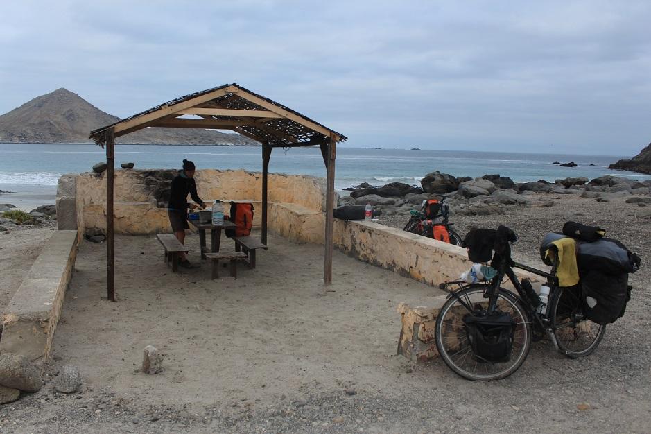 Die letzte Nacht sind wir bei Meeresrauschen eingeschlafen. Jetzt gibt es erstmal Frühstück mit Meerblick.