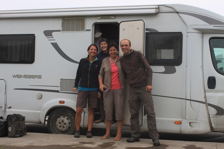 Paula und Francisca haben wir bei der letzten Versorgungsmöglichkeit, vor der 250 kilometerlangen Durststrecke durch die Atacamawüste, angetroffen. Sie boten uns eine Mitfahrgelegenheit in ihrem Wohnwagen an. Wir sind dann doch bis Santiago mit ihnen mitgefahren. Muchas Gracias Francisca y Paula.