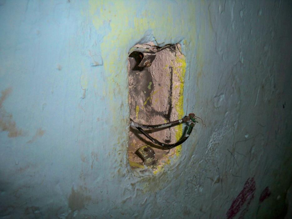Das waren die typischen Lichtschalter in der Schule. Die Kabel zusammenhalten bis es kurz funkt und dann leuchtet es.