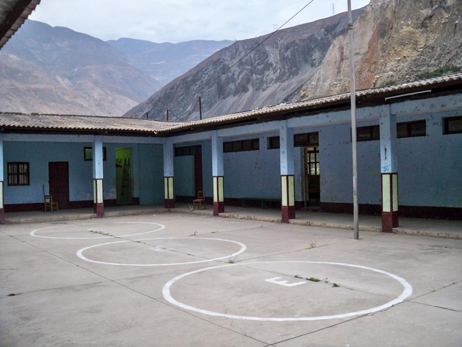 Schule mit Sportfeld und Appellplatz im Zentrum.