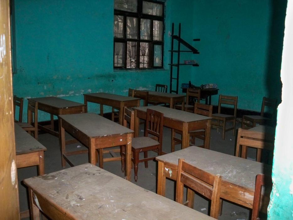 Erst 2 Monate ist die Schule außer Funktion. Es war aber alles zugestaubt, als wären es schon 2 Jahre.