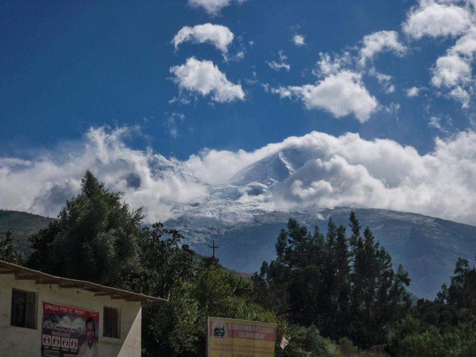 Dort türmt sich der höchste Berg Perus, der Huascaran auf. Mit 6768 m Höhe ist er einer der höchsten Gipfel der Anden.