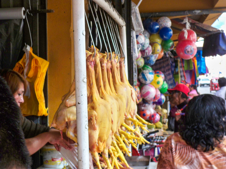 Blick auf die Hühnchenabteilung auf einem der Märkte in Huaraz.