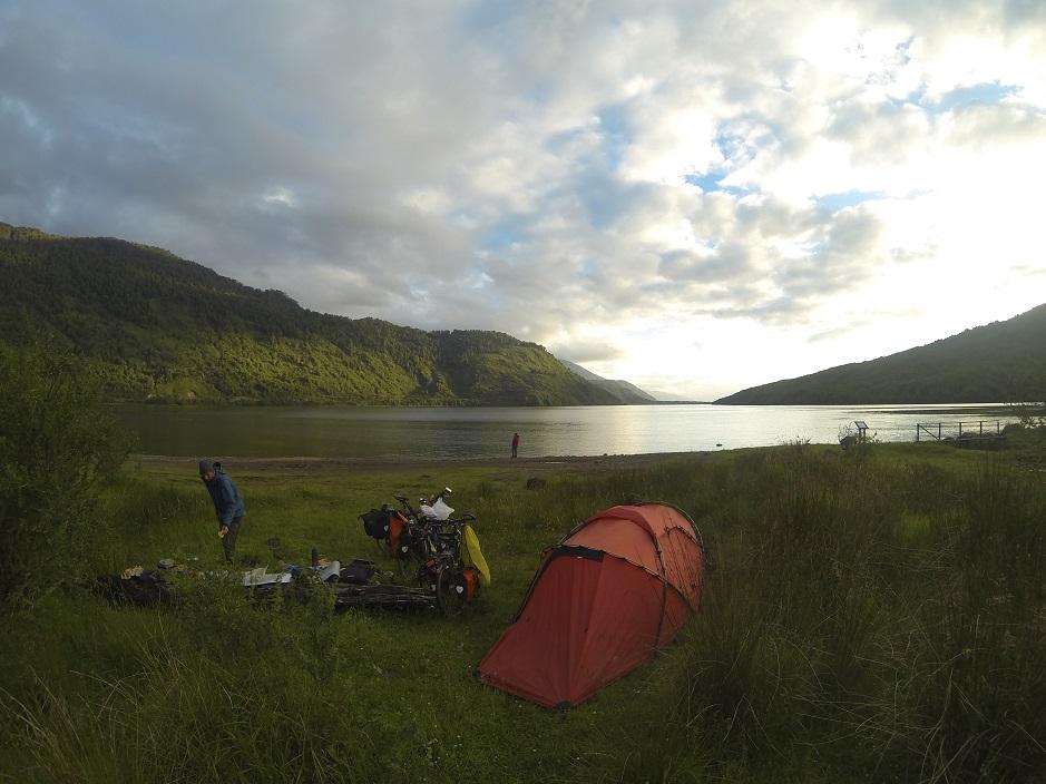 In Puyuhuapi haben wir direkt am Fjord unsere Hütte errichtet. Zum Ende des Tages verzogen sich zum Glück mal die Regenwolken und wir konnten ungestört den Ausblick genießen.