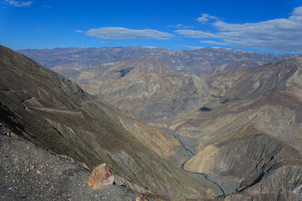 Da unten fließt der Rio Tablachaca. Schlappe 1.500 Höhenmeter tiefer.