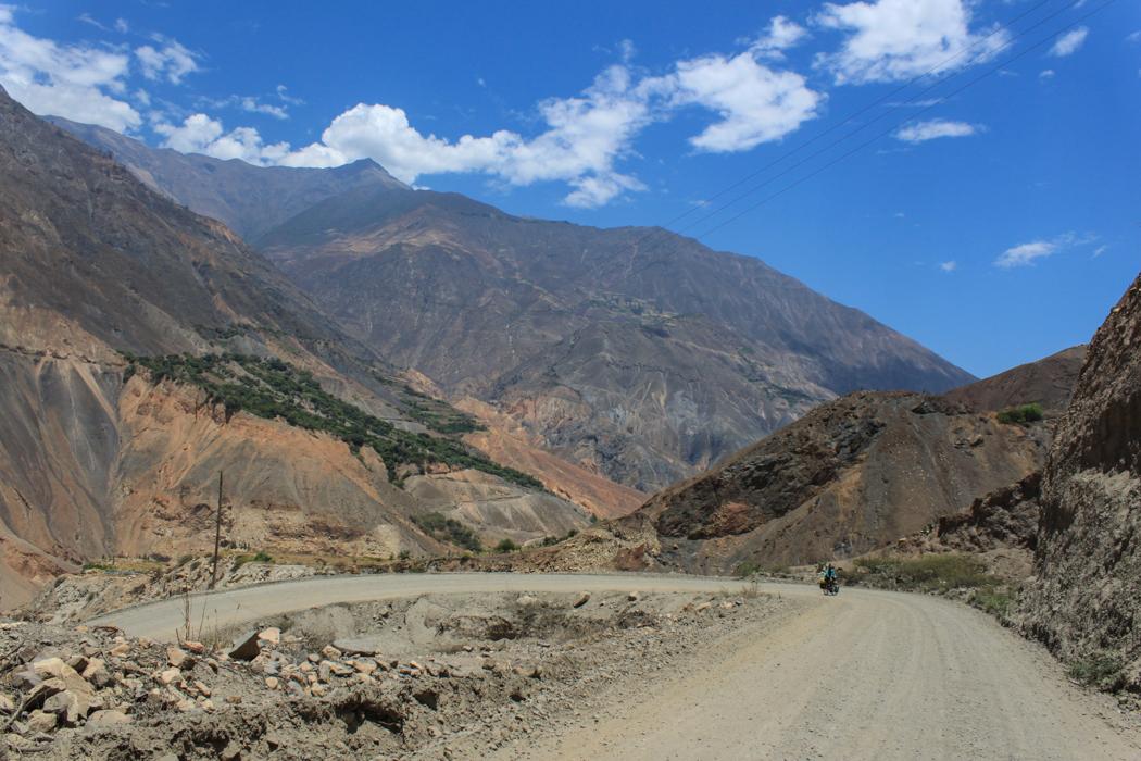 Kurz vor Yuracmarca gab es nochmal ein eklig steiles Stück zu erklimmen. Wir sehnten uns zu diesem Zeitpunkt sehr nach einem schattigem Plätzchen für eine Pause.
