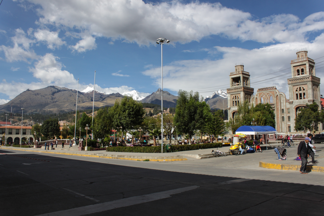 Blick auf den Hauptplatz von Huaraz mit der Cordillera Blanca im Hintergrund.