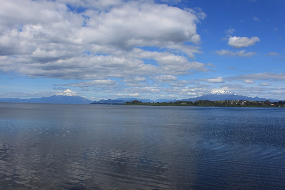 Von Puerto Varas gibt es bei schönem Wetter einen tollen Blick über den Lago Llanquihue. Auf der Ostseite des Sees ragen die beiden Vulkane Osorno und Calbuco in die Höhe.