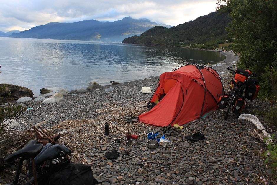 Nachdem wir nach Calete Puelche mit einer Fähre übergesetzt haben, ließen wir uns an diesem Fjord für die Nacht nieder. Zum Abschluss des Tages gab es eine Delphin- und Robbenshow.