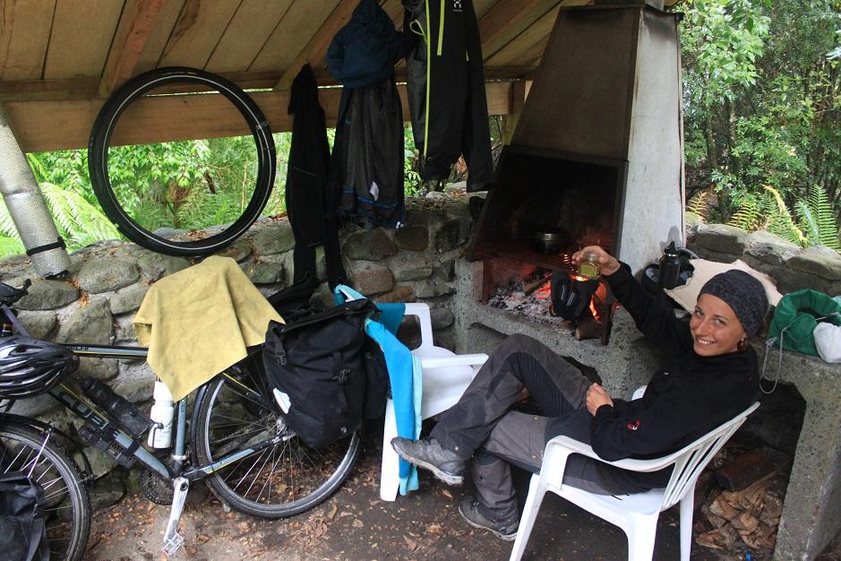 Im Norden der Carretera Austral, war der Regen bisher ein sehr treuer Begleiter. Heute hat es uns mal wieder so richtig erwischt... Dieser Campingplatz mit Feuerstelle war da schon wie ein Segen auf weiter Flur.