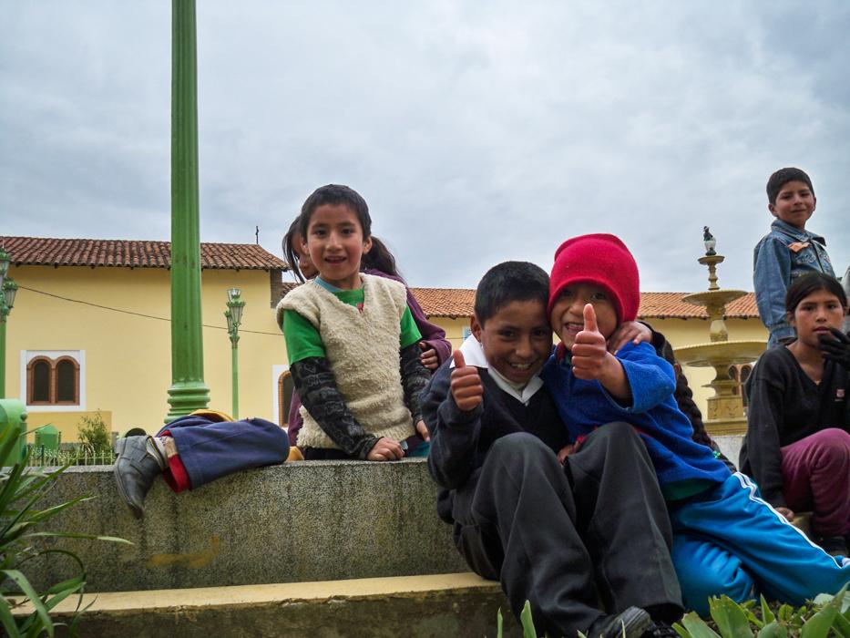 In Pachas wurden wir von dieser Horde Schulkinder bei unserer Pause in Schach gehalten. Neugierig beobachteten sie jeden Handgriff.