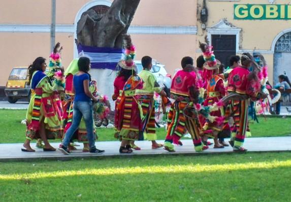 In Huanuco waren Festivitäten im Gange und diese Gruppe ist auf dem Weg zu ihrem Einsatz.