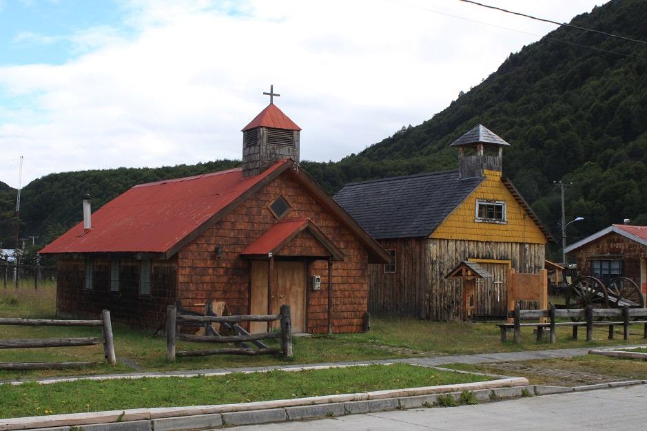 Kirchen am Hauptplatz von Villa O' Higgins in dem typischen chilenischem Holzbaustil.
