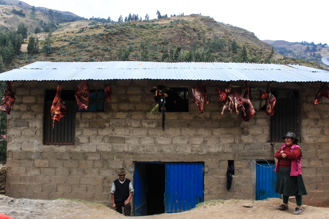 Damit die Nachbarn wissen, dass ein Fest bevor steht wurde das Haus mit der frisch geschlachteten Kuh verziert. Guten Appetit!
