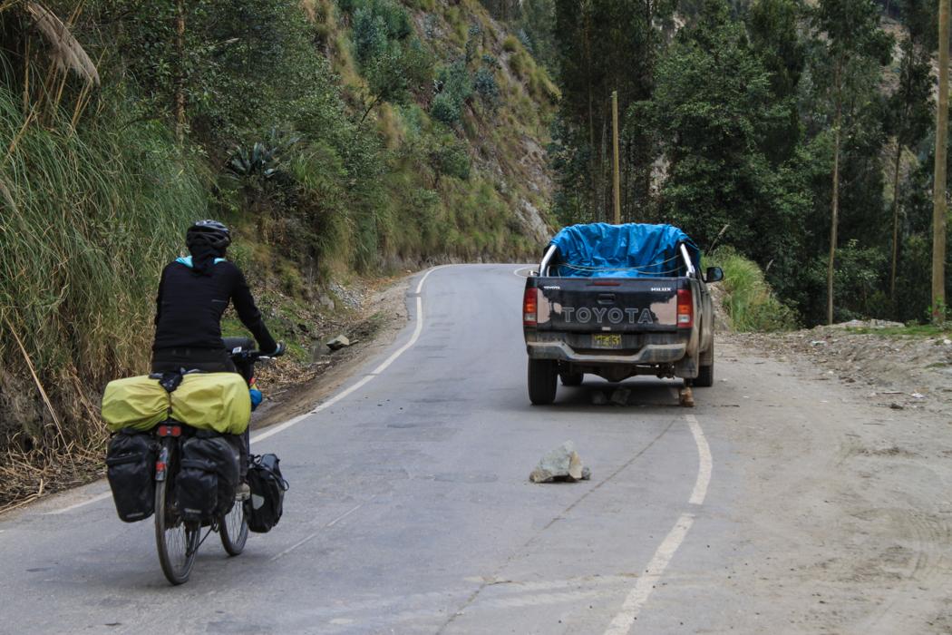 Perfekt gesichertes Pannenfahrzeug nach Tingo Chico. Warum verlieren denn so viele Fahrzeuge ihre Räder in der Fahrt in Peru ...