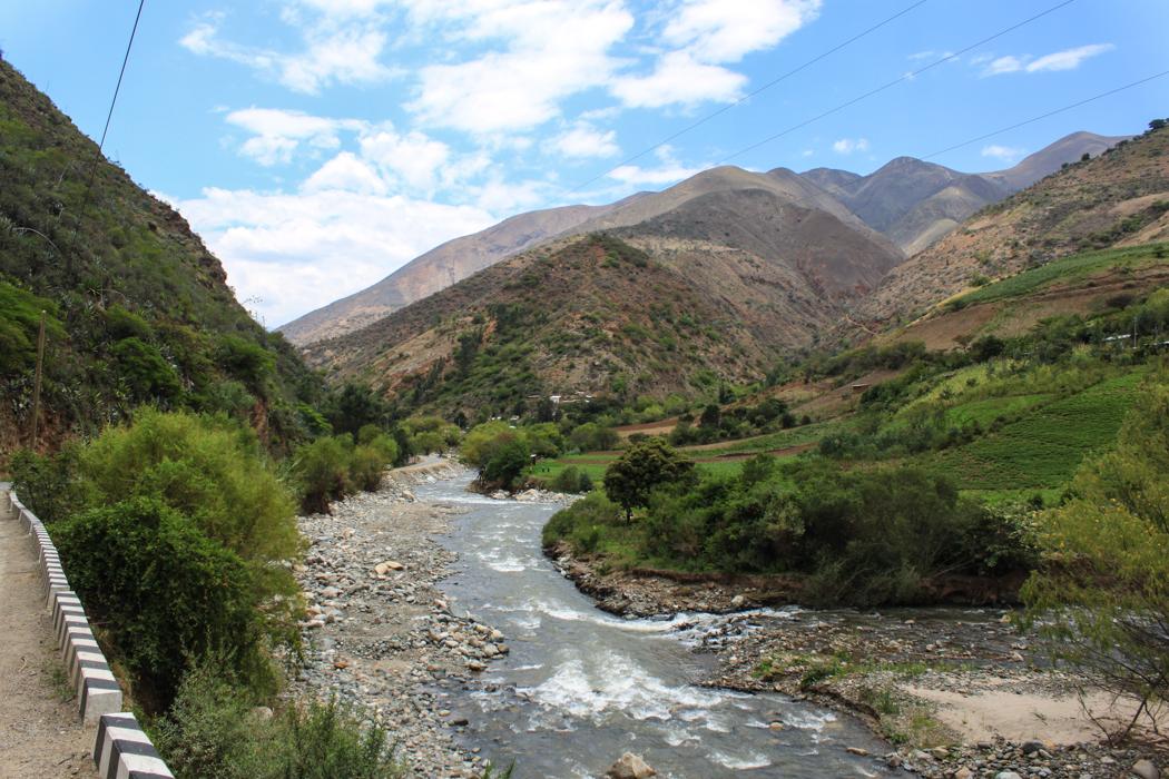 Durch dieses Tal ging es die letzten Kilometer nach Huanuco. Jetzt hier nur noch auf 2000 Meter Höhe herrscht wieder eine gute Hitze und es wird wieder eifrig Ackerbau betrieben.