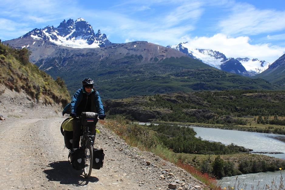 Hinter Anja erhebt sich das Massiv, Cerro Castillo.